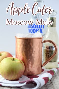 Apple Cider Moscow Mule - A delicious fall cocktail made with just 4 simple ingredients. This is such a great spin on a classic moscow mule cocktail. Apple Cider Moscow Mule | Moscow Mule Recipe | Apple Cider Cocktail