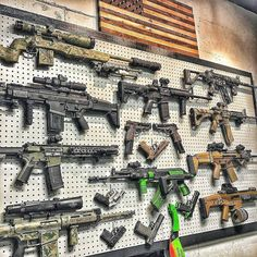 Now that's a wall Led Monkey approved 👍🏼🇺🇸 ———————————————————————— ・・・ A lovely gun wall topped with a bit of America 🇺🇸 from dballenatl [