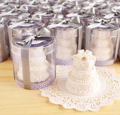 Lembrancinhas com sabonete bolo de casamento, hidratantes e muito perfumados.