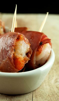 Recipe For Prosciutto Wrapped Garlic Shrimp - Here is a quick, easy and delicious appetizer anyone can make for your Holiday parties or something different for the Football crowd! Seafood Dishes, Seafood Recipes, Fish Recipes, Cooking Recipes, Finger Food Appetizers, Yummy Appetizers, Appetizer Recipes, Chicken Appetizers, Flatbread Appetizers