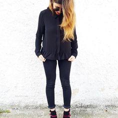 """Old but good 🖤  #black  Sul blog c'è un nuovo post dedicato agli outfit per Natale e Capodanno (http://robertaferrante.blogspot.it/2016/12/52-idee-outfit-per-natale-e-capodanno.html) link diretto in bio, come sempre 😉  shirt @lovlet  heels @impressiondugoni  Codice """"RobertaFerrante10"""" 10% di sconto sul sito https://impression-dugoni.it  #ItsTimeToImpressionDugoni"""