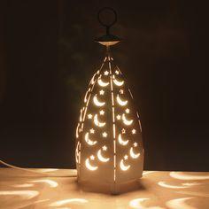 Comprar lámpara metálica tipo pirámide para mesa | Tienda Online de Lámparas, Lámparas de LED, Ventiladores de Techo y Cable Decorativo #iluminacion #decoracion #lamparas #regalos