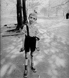 Diane Arbus começou como fotógrafa de moda em Nova York. Mas depois de cerca de 10 anos trabalhando com seu marido em um estúdio, percebeu que sua temática estava nas ruas.