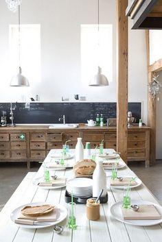 duża drewniana kuchnia z belką z drewna i czarną lamperią,rustykalna kuchnia,industrialna kuchnia z drewnianą belką,industrialne lampy w kuchni z drewnianą belką,aranżacje kuchni z drewnianymi belkami - Lovingit.pl