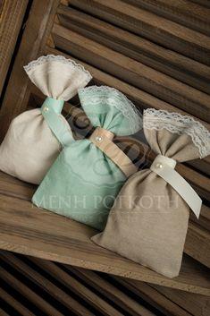 Μπομπονιέρες γάμου πουγκί υφασμάτινο με δαντέλα στο τελείωμα δέσιμο με γκρο κορδέλα και πέρλα. Elegant wedding favor linen pouch with lace trimming. #weddingfavors #μπομπονιέρεςγάμου #shabbychicwedding