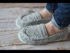 [Video Tutorial] Fabulously Warm And Comfy Women's Loafer Slippers - Knit And Crochet Daily If you've been trying to find a quick and simple slippers pattern that looks absolutely brilliant, than you Loafer Slippers, Knitted Slippers, Crochet Slipper Pattern, Crochet Shoes, Crochet Sandals, Crochet Baby, Free Crochet, Knit Crochet, Crochet Style