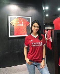 Liverpool store Football Girls, Football Outfits, Football Fans, Liverpool Girls, Liverpool Fans, Neymar, Hijab Fashion, Eye Candy, Hot Girls