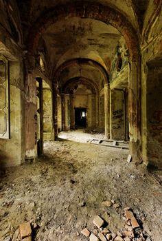 villa de vecchi inside Abandoned Ghost Mansion: Urban Exploration at Villa de Vecchi