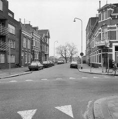 De Trompstraat in 1980, gezien naar het zuiden in de richting van de OOSTERPOOORT. Op de voorgrond de Radesingel. - Foto's SERC