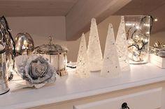 Alberi di Natale fai da te con il pizzo, per decorazioni originali ed eleganti, perfette per chi non ha troppo spazio da dedicare agli addobbi natalizi.