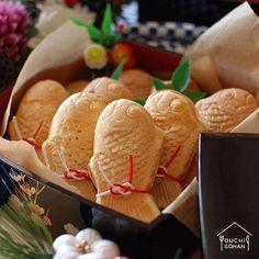 ouchigohan.jp 2018/01/04 18:58:46 delicious photo by @love_puchan . 重箱にぎっしり並ぶ、かわいいたい焼き🐟 こちらは @love_puchan さんが #ビタントニオ のたい焼き用プレートで作った、手作りのものなんです😳❣️ たい焼きの醍醐味のあんこも、しっぽまでぎっしり入っているそうで、とってもおいしそう……🤤✨ . よ~く見ると、たい焼きひとつひとつが水引で飾られていて、おめかしをしているみたい❤️ かわいくて、おめでタイ! そんな、新年にぴったりの一枚です🙌❗️ . お祝いの席に、こんなたい焼きを出したら、大人も子どもも大喜びすること間違いなし㊗️🎉 ビタントニオをお持ちの方は、ぜひ参考にしてみてください☝️✨ . -------------------------- ◆#デリスタグラマー #delistagrammer を付けて投稿すると紹介されるかも!スタッフが毎日楽しくチェックしています♪ . [staff : HOUSE]…