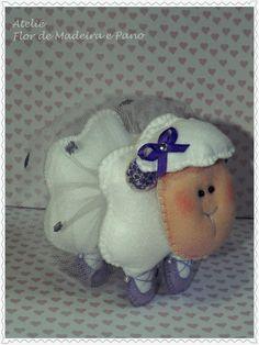 Ovelhinha Bailarina, uma ótima opção de presente para uma bailarina mirim. Lá na lojinha tem, confiram http://www.elo7.com.br/ovelhinha-em-feltro/dp/48B097