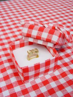 A table cloth with attached jewelry box titled: Marry me. Creating a context to 'pop the question'.
