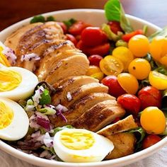 Putting together a vibrant and delicious salad doesn't have to consist of dozens of ingredients! This easy Grilled Chicken Tomato Salad comes together in just minutes and makes you feel like you are eating a decadent and filling dish! Homemade Egg Noodles, Homemade Chili, Slow Cooker Huhn, Slow Cooker Chicken, Spinach Stuffed Chicken, Grilled Chicken, Chicken Spaghetti, Corn Chicken, Salad Chicken