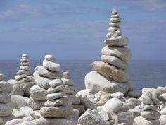 Les cairns éphémères de l'Ile Grande Cairns, Land Art, Beach Art, Inspiration, Brittany, Landscape, Biblical Inspiration, Beach Artwork, Inhalation