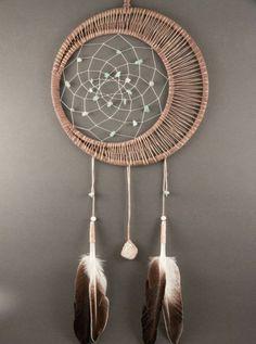 modele d'attrape rêve intéressant, demi lune et une belle fleur intégrée dans la toile, plumes