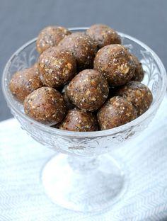 Søte, seige energikuler med chiafrø - LINDASTUHAUG Almond, Ethnic Recipes, Food, Essen, Almond Joy, Meals, Yemek, Almonds, Eten
