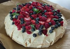 Pavlova - tort bezowy Köstliche Desserts, Delicious Desserts, Dessert Recipes, Yummy Food, Pavlova, Pastry Cake, Easy Cake Recipes, Cooking Time, Sweet Tooth