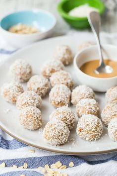 If you want a protein-packed sweet treat, Coconut Peanut Butter Oatmeal Balls are the answer! Peanut Butter Bites, Coconut Peanut Butter, Peanut Butter Oatmeal, Peanut Butter Protein, Peanut Butter Fudge, Peanut Recipes, Baby Food Recipes, Kid Recipes, Fudge Recipes