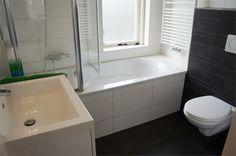 De badkamer uit 2011 met zeer nette duurzame onderdelen (WC, wastafel, bad en douchescherm).