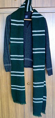 Before starting knitting this, I've studied a lot of photos from the HP 3 & 4 movies with Gryffindor and Ravenclaw scarves (including the number of rows and stitches), because I want to make as screen-accurate scarf as possible. (I'd be grateful if someone who owns a Gryffindor scarf from Noble Collection could check if I haven't made any mistakes).