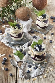 Heidelbeer-Kokos-Tiramisui mit weißer Schokolade und Kokosraspeln // blueberry tiramisu (without eggs) with white chocolate and coconut flakes // Sweets & Lifestyle®️️ #heidelbeertiramisu #heidelbeeren #tiramisu #rezept #heidelbeerkokostiramisu #tiramisuohneei #kokosblütenzucker #blueberrytiramisu #blueberry #tiramisu #whitechocolate #coconutflakes #recipe #dessert #coconutsugar #vegetarianrecipes #sweetsandlifestyle