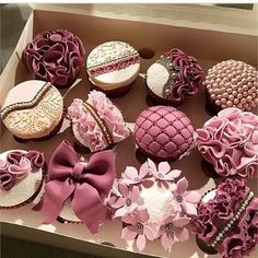 I've never come across cupcakes that looks so good, I don't want to eat it! That's how I feel about these gorgeous, yummy looking, finger licking cupcakes by Desserts Elegant Cupcakes, Fancy Cupcakes, Pretty Cupcakes, Beautiful Cupcakes, Wedding Cupcakes, Gold Cupcakes, Yummy Cupcakes, Cupcake Fondant, Cupcake Cookies