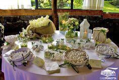 Allestimento confettata matrimonio in verde con confetti gusti vari e fiori