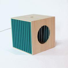 Le mobilier BEC est réalisé à partir d'un déchet récurrent d'une entreprise en Aquitaine : les caisses à vins.La baladeuse se pose, s'accroche et se balade. Elle peut être murale grâce à deux perforations latérales servant d'accroche.La baladeuse BEC e…