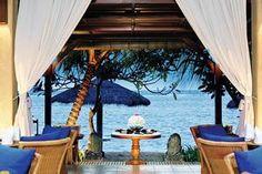Griya Santrian is een echt familiehotel met een typisch Balinees karakter. Dit gezellig 3 sterren hotel is perfect gelegen in het cetrum en aan het strand van Sanur.    Op de loungebanken aan het strand geniet u van heerlijk vers gemaakte fruitshakes. 'S avonds kunt u kiezen uit 3 uitstekende à la carte restaurants waaronder restaurant Mezzanine in zusterhotel Puri Santrian.    Met regelmatig yogalessen, Balinese kooklessen, live muziek en seafood avonden heeft u hier genoeg te beleven.
