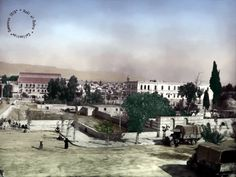 دمشق من محطة الحجاز 1918 - يظهر مبنى فندق فكتوريا في منتصف ويسار الصورة و مبنى السرايا مقابله
