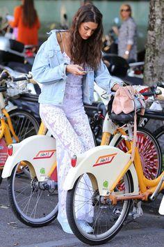 Model Sara Nicole Rossetto takes an Instagram break thanks to the comfy saddles of BikeMi.