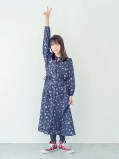 一枚で着ても、前のボタンを外して羽織りとして着ても可愛いワンピース。 秋だけではなく、長い期間着られ