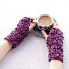 A free pattern for some cosy armwarmers! They are knitted using only knit and purl stitches so they are perfect for beginners!
