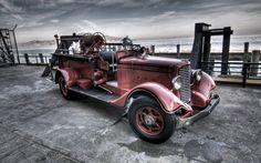 Automobile grenat – Décapotable – Mer – Nuages – Quai – Véhicule de pompier – Voiture ancienne – Voitures anglaises de collection