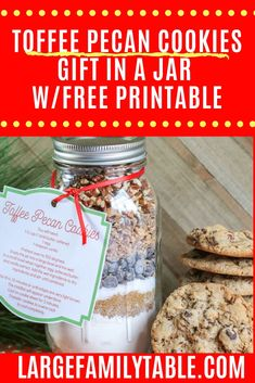 christmas cookies in a jar Weihnachtspltzchen Toffee pecan cookkies gift in a jar is a fun way to share Christmas cookies with everyone. Include the free printable so they dont how to make them too! Mason Jar Cookies, Cookie Jars, Toffee Cookies, Cinnamon Cookies, Cinnamon Rolls, Macadamia Nut Cookies, Peppermint Brownies, White Chocolate Macadamia, Toffee Bits