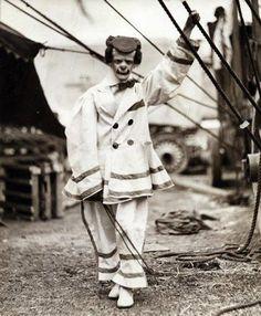 Creepy Old Vintage Photos~ scary circus clown Vintage Bizarre, Creepy Vintage, Vintage Clown, Vintage Halloween, Scary Circus, Old Circus, Circus Clown, Cirque Vintage, Vintage Circus Photos