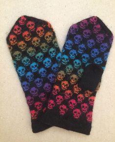 Anna Asklund har skapat dödskallevantarna i en modell hon gillar… utan mudd. Vantarna stickas runt , i slätstickning och blir ungefär 22 cm i omkrets och ca 26 cm långa, dvs. normalstor da… Diy Knitting Mittens, Mittens Pattern, Double Knitting Patterns, Fair Isle Knitting Patterns, Wrist Warmers, Knitted Gloves, Knitting Projects, Needlework, Textiles
