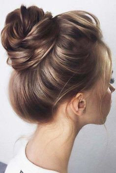Simple High Brown Buns ❤️ See our collection of elegant prom hair updos, as this important event is approaching and you need to start preparing. Cute Prom Hairstyles, Undercut Hairstyles, Trending Hairstyles, Down Hairstyles, Gorgeous Hairstyles, Wedding Hairstyle, Medium Long Hair, Moda Emo, Layered Hair
