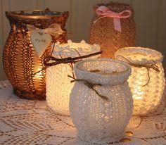 Strikka\hekla trekk til lyslykter. Atelier Creation, Card Box Wedding, Easy Diy Projects, Seasonal Decor, Free Pattern, Mason Jars, Diy And Crafts, Candle Holders, Creations