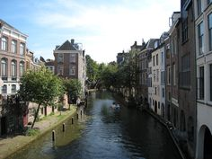 The Oudegracht, the old canal in the centre of Utrecht. ::Find numerous well known and more hidden sights along this waterway dating from the middle ages, when Utrecht already was a booming city.