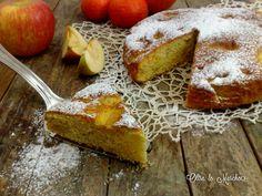 La torta con mele e succo di arancia è facile da preparare, senza l'aggiunta di olio e burro. Piena di frutta, per una prima colazione genuina e gustosa.