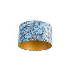 Dieser Lampenschirm hat ein wunderschönes blaues #Schmetterlingsdesign. Jedes Stück ist ein Unikat. Neben dem einzigartigen Design auf der Außenseite ist der Lampenschirm auf der Innenseite wunderschön #Gold. Außerdem ist der Lampenschirm auch noch aus #Velours, dies verleiht ein weiches Aussehen und wirkt besonders edel. Dieser Lampenschirm hat einen Durchmesser von 35 cm, ist aber auch in anderen Größen erhältlich. Deine Pendelleuchte wird einfach nur toll aussehen. Lighting, Design, Modern, Comme, Home Decor, Orange, Unique, Products, Wood Glass