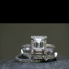 How Are Vintage Diamond Engagement Rings Not The Same As Modern Rings? If you're deciding from a vintage or modern diamond engagement ring, there's a great deal to consider. Antique Rings, Or Antique, Antique Jewelry, Vintage Jewelry, Vintage Bracelet, Vintage Clothing, Bling Bling, Ring Set, Ring Verlobung
