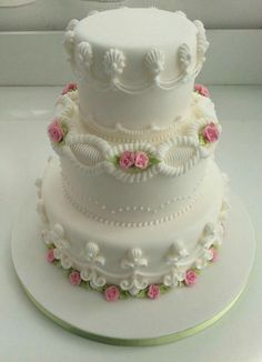 Scalloped Cake With Pink Roses Elegant Wedding Cakes, Beautiful Wedding Cakes, Gorgeous Cakes, Wedding Cake Designs, Pretty Cakes, Royal Icing Piping, Royal Icing Cakes, Buttercream Cake, Traditional Wedding Cakes