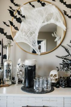 If you're planning on hosting a party, you're going to want to take notes today! Here's how to host a sophisticated Halloween party. Theme Halloween, Halloween Home Decor, Halloween 2020, Halloween House, Halloween Snacks, Halloween Diy, Outdoor Halloween, Halloween Makeup, Women Halloween