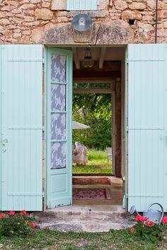 Les couleurs apportent de la fraîcheur à cette ancienne ferme rénovée. Plus de photos sur Côté Maison petitlien.fr/7cjg