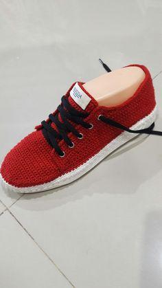 Tenis rojo tejido Crochet Shoes, Crochet Slippers, Diy Crochet, Flip Flop Sandals, Flip Flops, Shoes Sandals, Flats, Knitted Blankets, Felt Flowers