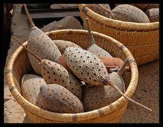 """ArtAfrica: """"adornados vainas de semillas de baobab en una cesta.  Foto tomada en Mali de Ursula G. """""""