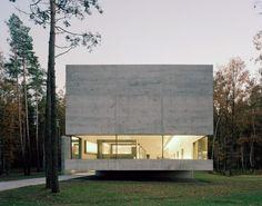 Situation : Belsen, Allemagne. Programme : Centre de documentation. Surface : 4.900 m2. Année : 2007. Type : Concours - 1er prix.